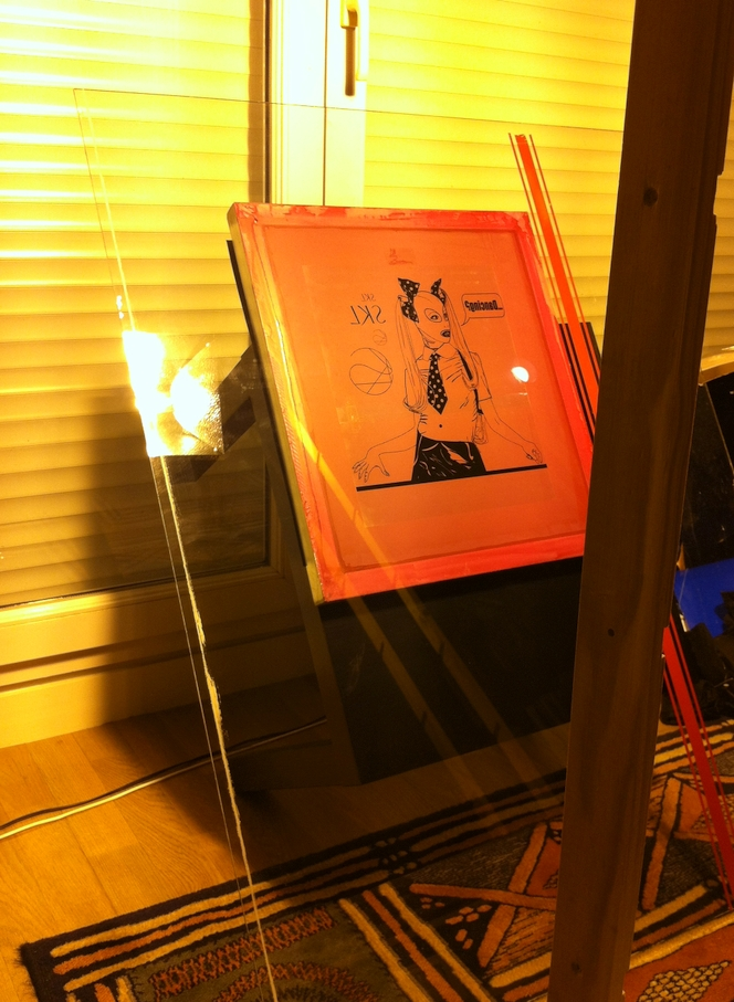 Currently expose the frame stretched silk with the photosensitive emulsion
